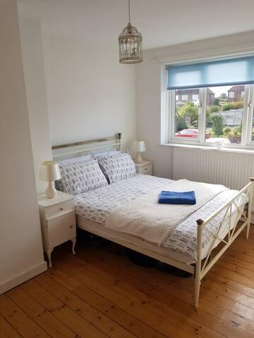 Bright double bedroom in quiet location
