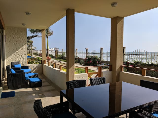 3 Bedroom Beachfront Condo w/ Huge Pool & Beach