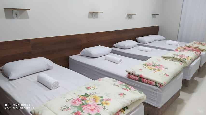 3 camas de solteiro e 1 cama de casal,roupas de cama, travesseiros,toalhas, edredom,ar condicionado,tudo  para o seu conforto!