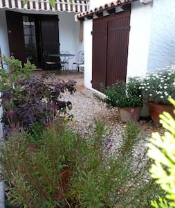 Petit appartement douillet avec jardin - Saintes-Maries-de-la-Mer - Byt