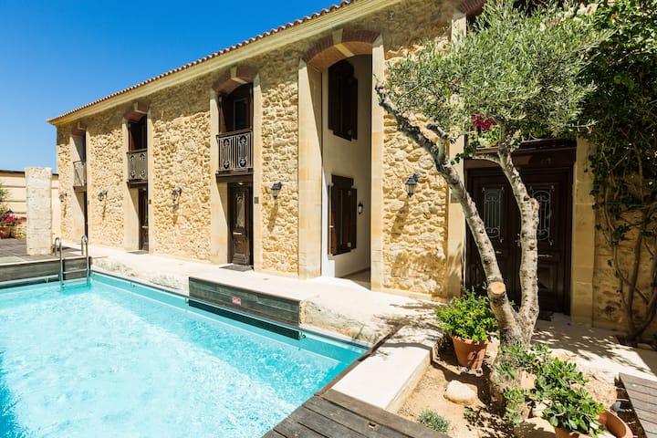 Seafront Residences Villa 2. Beach, Pool,Rethymno!