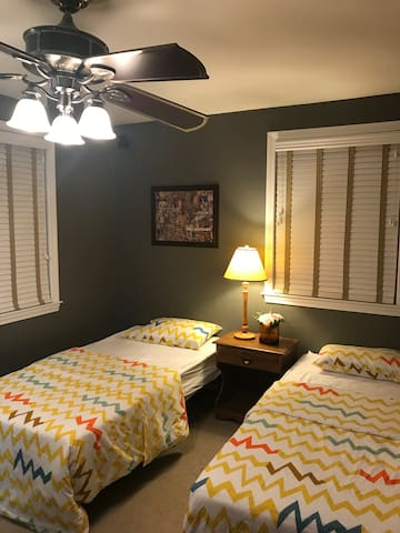 2 cozy twin bed,5 min to T &Quincy center