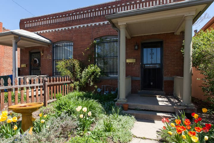 A charming home and quiet garden by all Denver