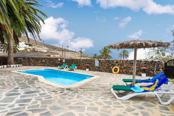 Lovely villa w/ free Wifi, private pool & terrace!