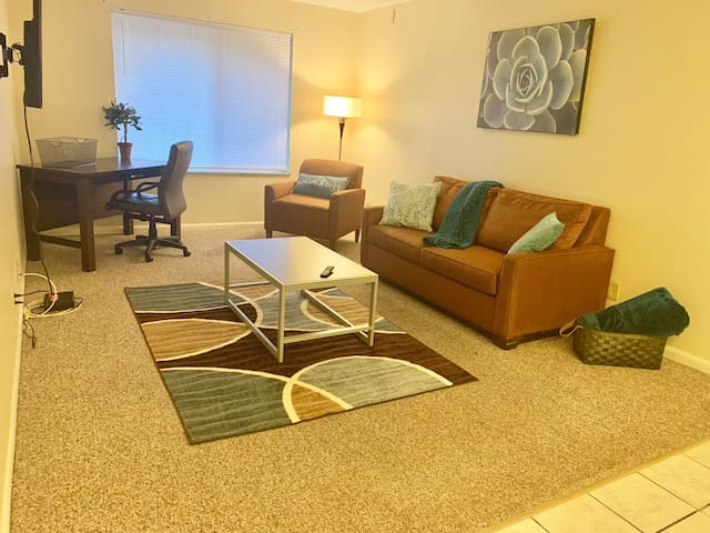 Minutes From Campus + Parking!!