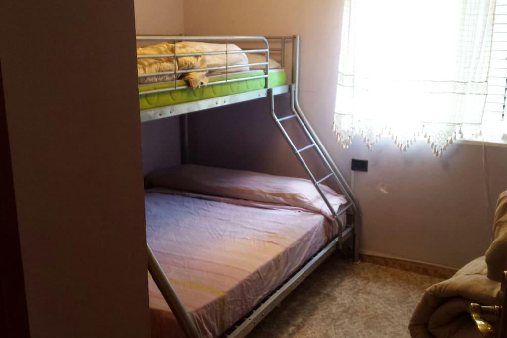 Habitación 1: cama de matrimonio más cama individual