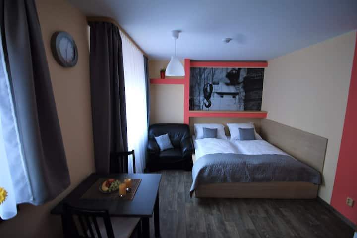 Apartmán s manželskou postelí a kuchyní