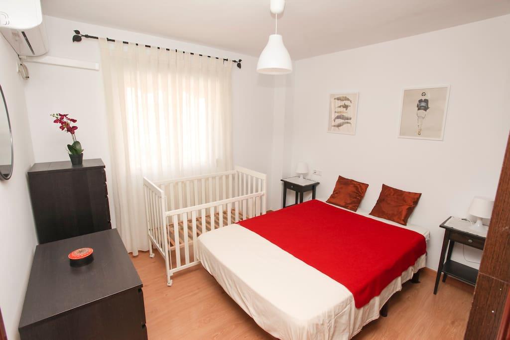 Dormitorio principal con cuna