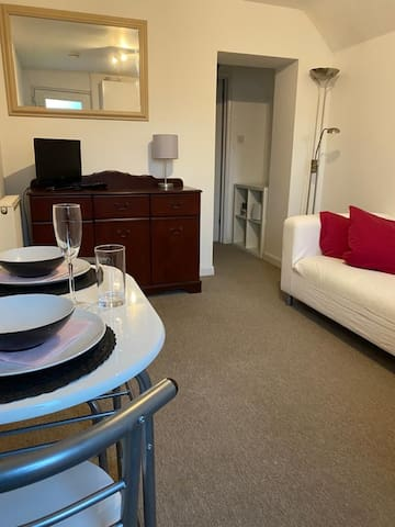 Clean cosy 1 bedroom flat with garden access