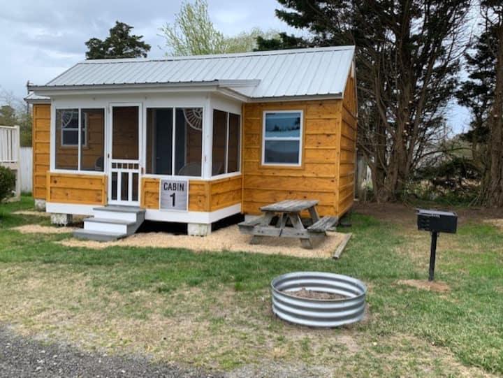 Come escape in a 1br cabin at Beach Bum West-O!!!