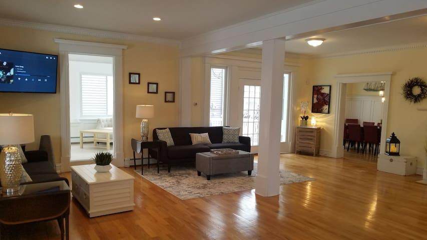 Ocean Views, 11 Bedroom Ocean-Block Mansion!