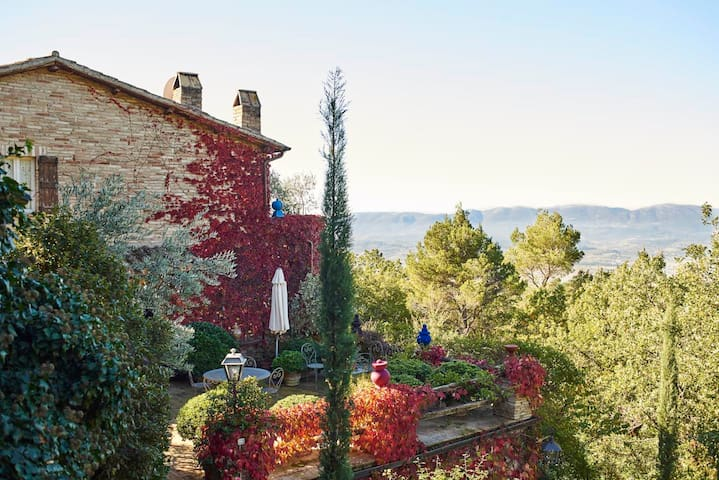 Artist's house in authentic Umbria (apt)