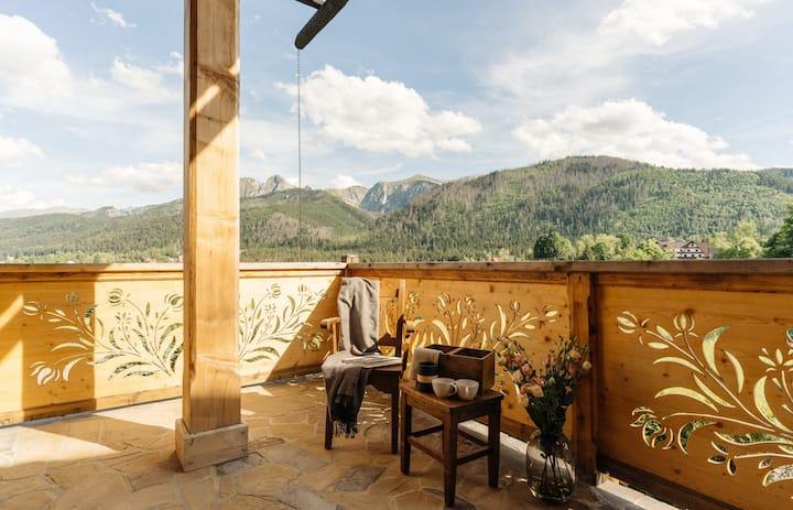 Un appartamento spazioso e climatizzato con giardino e vista mozzafiato.