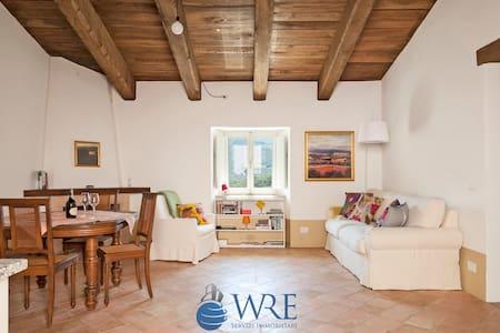 Fantastico appartamento al Borgo di Postignano - Postignano - House