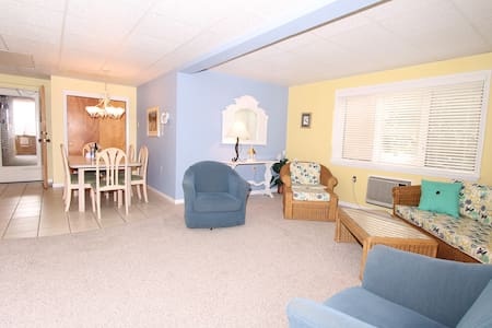 3BR 2BA Beach Block Cndo-Walk to Everything!