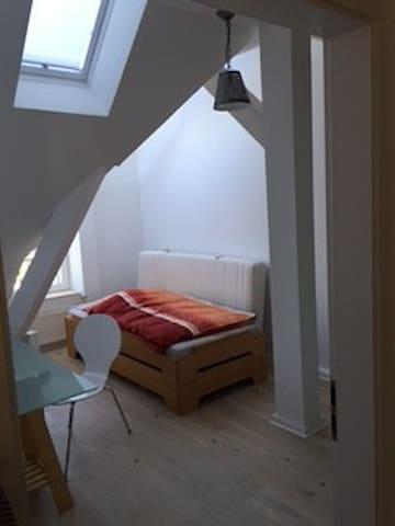 Zimmer im gemütlichen Dachgeschoss