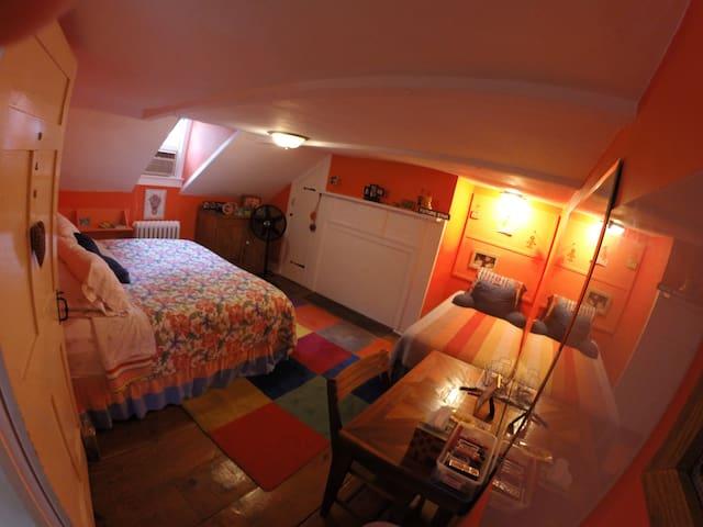Calli's Room in Beacon Historic Home Walk 2 Train