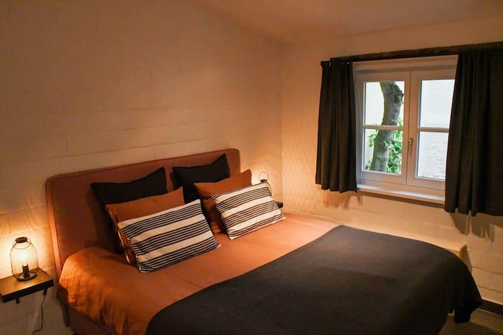 Bedroom (kingsize bed)