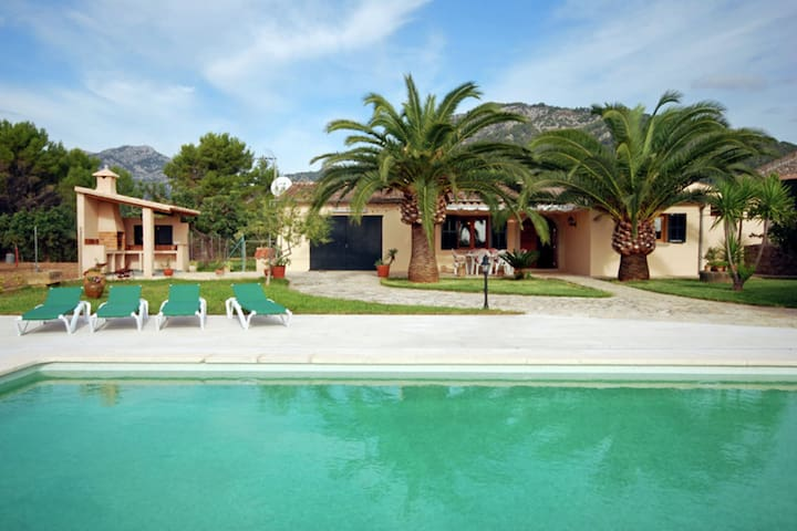 Country house with pool overlooking the mountains of the Sierra de Tramuntana
