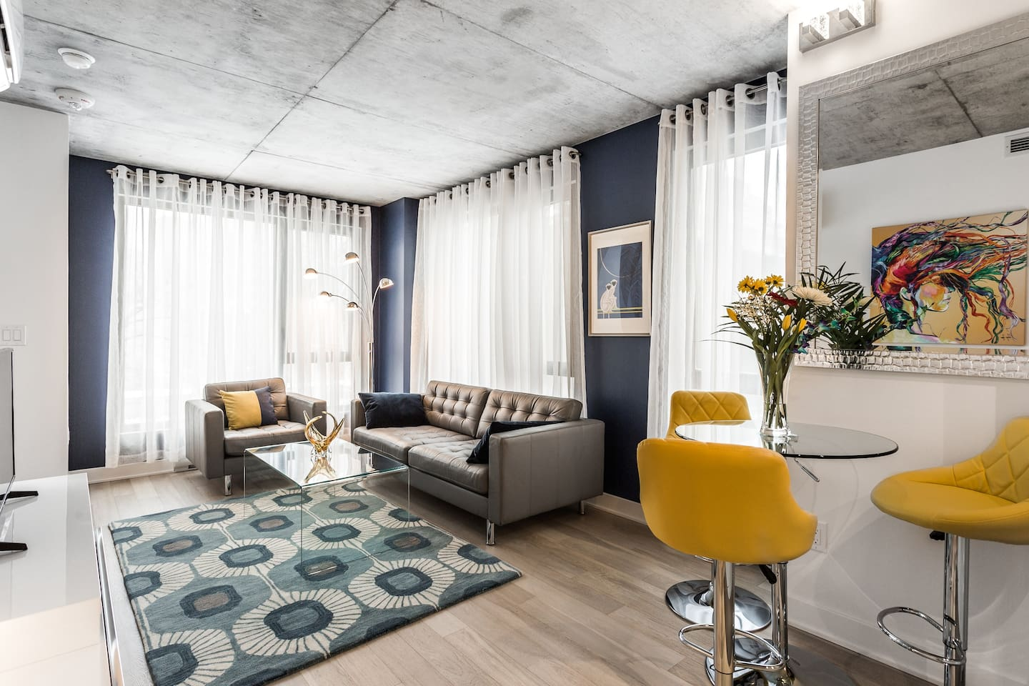 Perfect for business or pleasure- an elegant and quiet escape from bustling st Catherine Street and downtown Montreal.  Designed with for the traveler with discriminating taste.