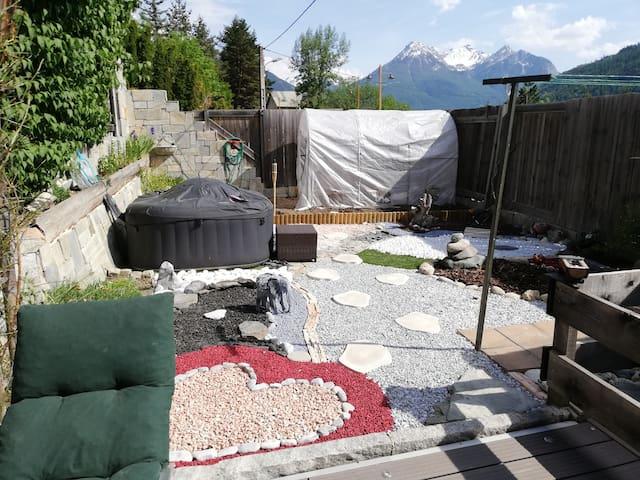 Le jardin zen et son jacuzzi l'été