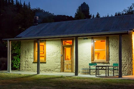 Maungawera Valley Earth Cottage - Albert Town - 自然地形を利用した家