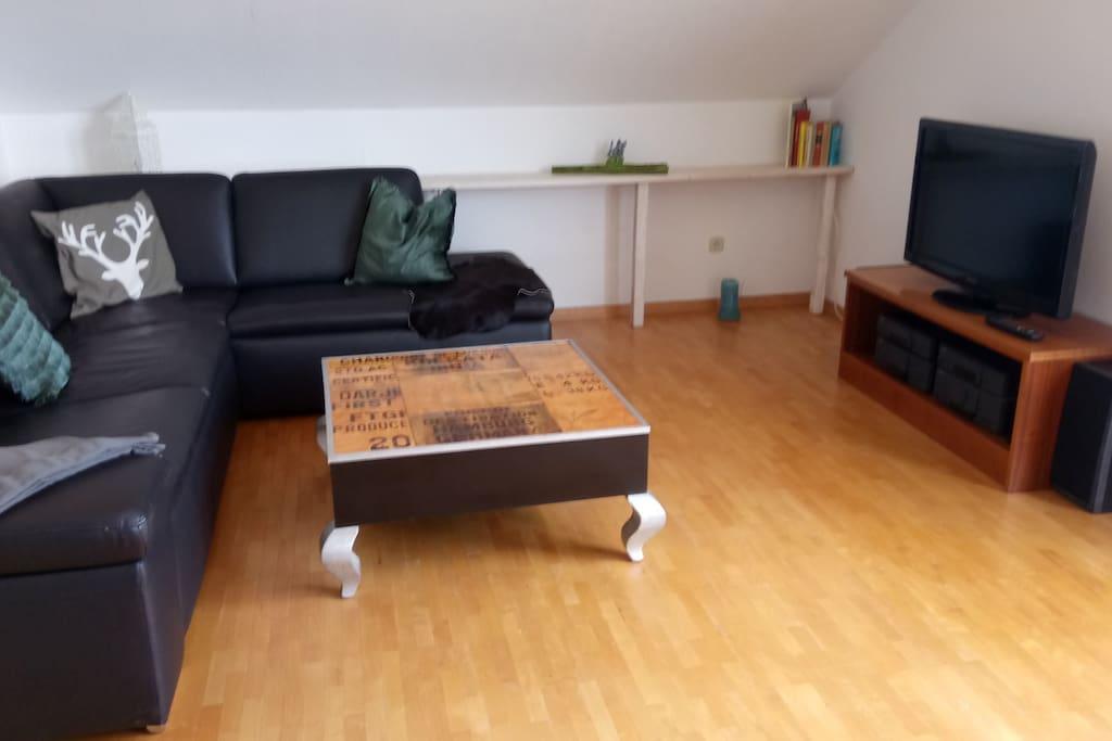Das Wohnzimmer! grosse Ledercouch,Fernseher und Stereoanlage