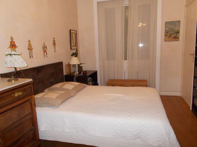 chambre pour 2 possibilit de louer une 2nde chb guest houses louer lyon auvergne rh ne. Black Bedroom Furniture Sets. Home Design Ideas