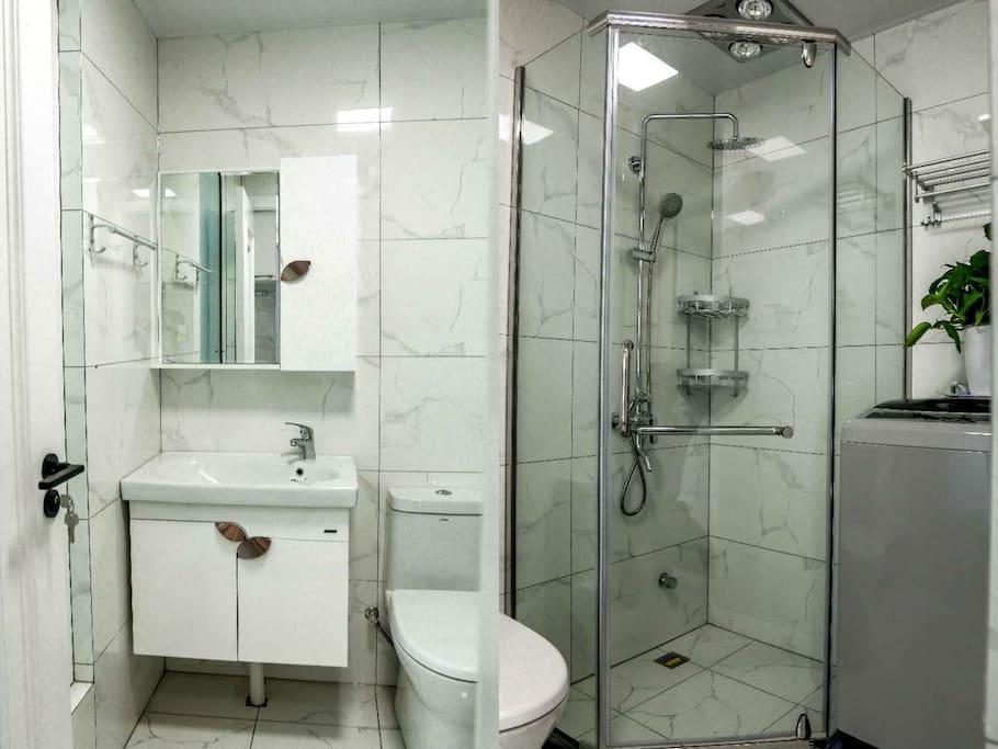 没有添置洗漱用品前的卫生间。箭牌卫浴