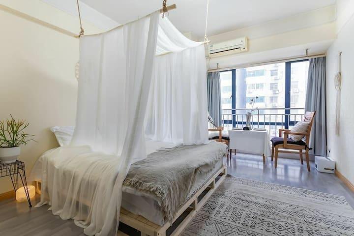 @『时光里1302』市中心的公寓,落地窗地铁1号线300米,新街口夫子庙7分钟,南站20分钟直达