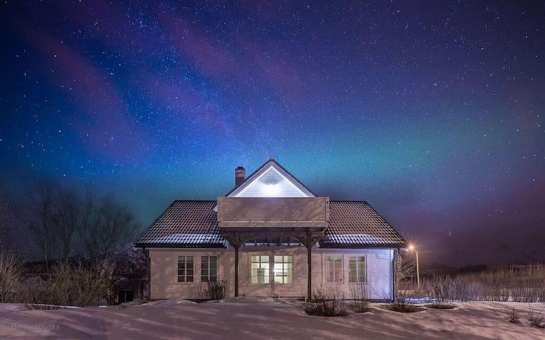 Private rom i stort, koselig hus - Vestvågøy