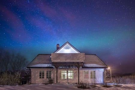 Private rom i stort, koselig hus - Vestvågøy - Huis