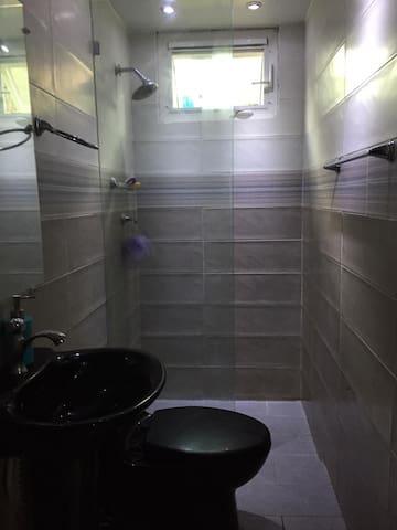 habitacion con baño compartido