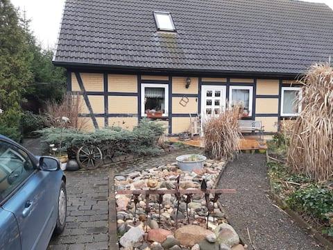 Casa pequena de meia madeira com charme