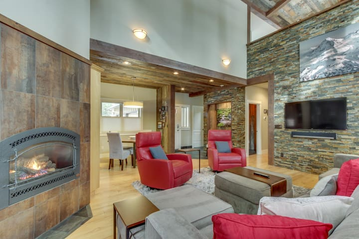 Upscale home w/ hot tub, yoga room, & river access - SHARC passes included