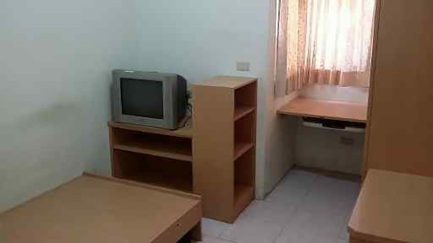 平面電視, 數位機上盒, 電腦桌, 書櫃