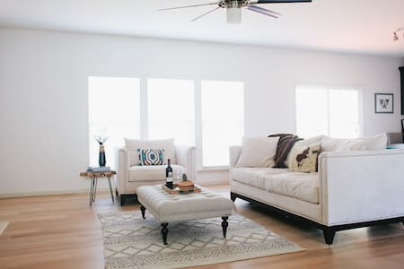 Spacious Sunny Home with California Vibe! - Saint Charles - 단독주택