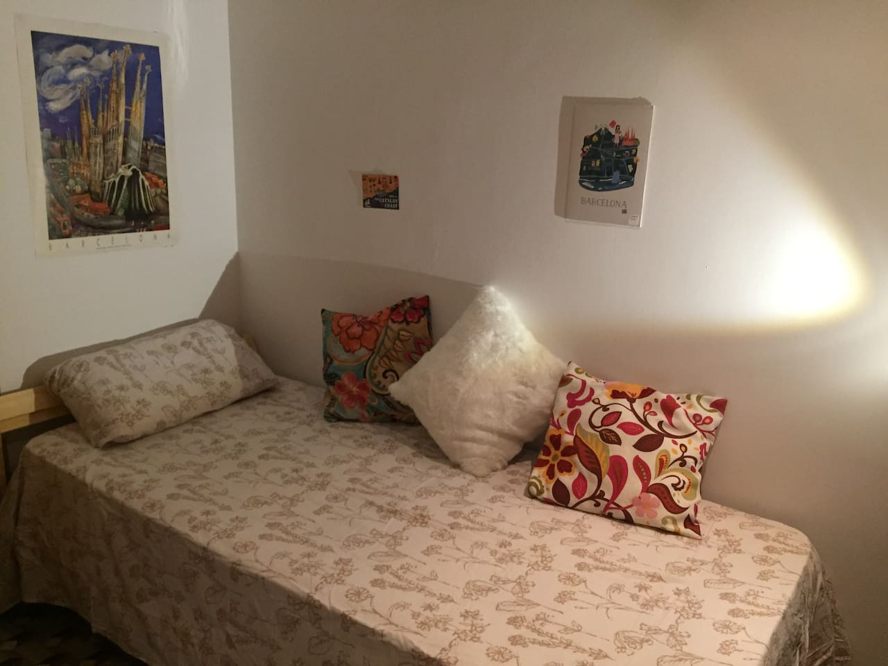 Lovely bedroom: single bed + sofa bed (double bed)