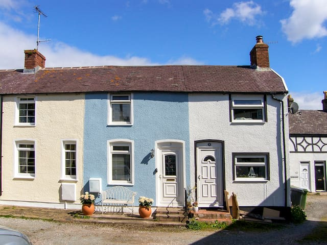 BLUEBELL COTTAGE, pet friendly, with a garden in Conwy, Ref 960561