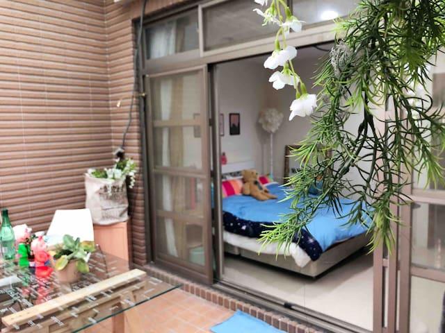 每個人都應該在一個花園跟房間一樣大的房間 幸福的醒來,歡迎你來在花園裡喝杯咖啡