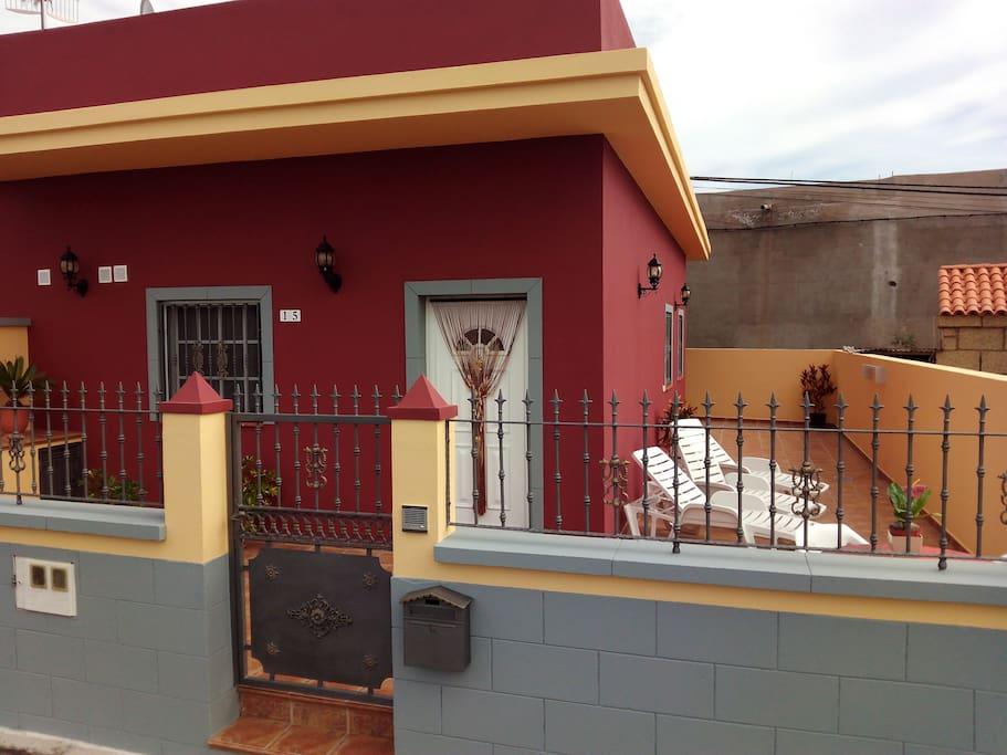 Amplia terraza, tranquila para disfrutar del sol y de los amigos.