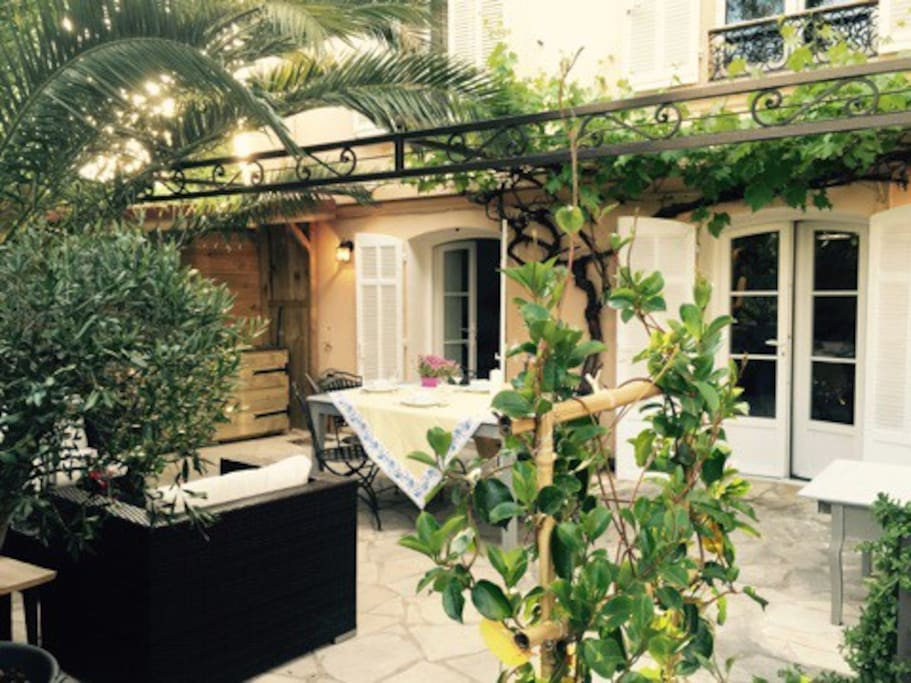 Terrasse 50m2 salon de jardin sous le palmier,repas sous la pergola et cuisine d'été.