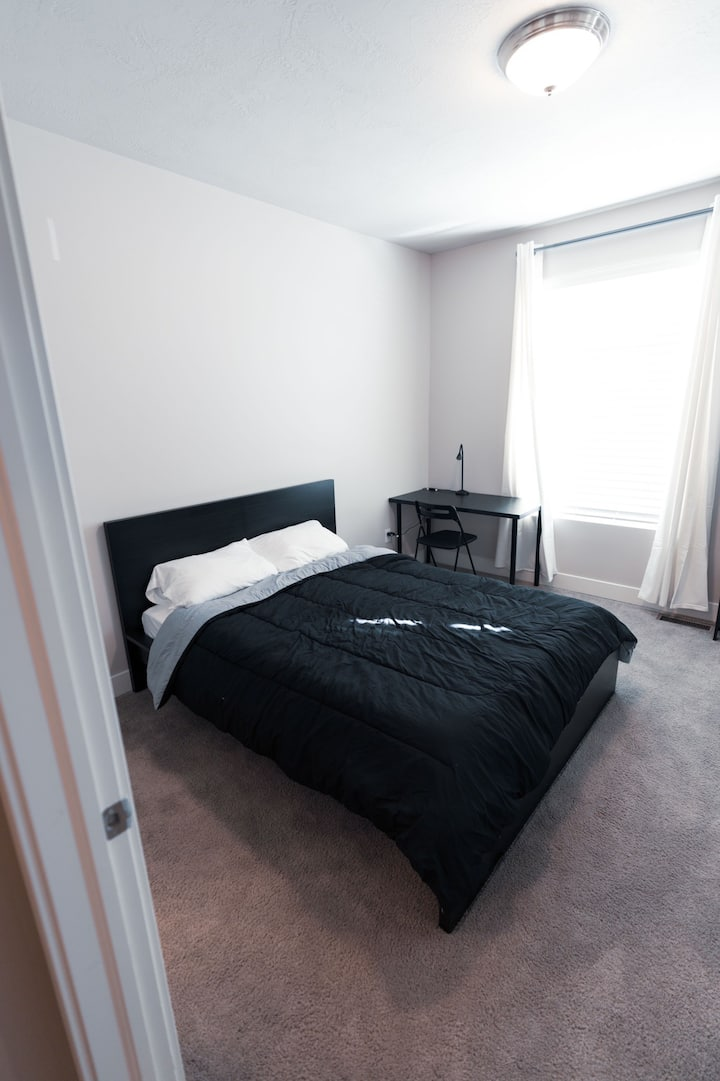 Spacious Room w/ Private bath in Quiet TownHome