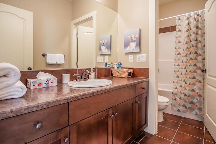 Second full bathroom with shower/tub combo