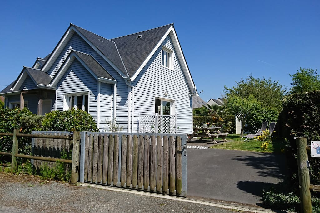 Gîte en ossature bois avec terrasse bois, salon de jardin et barbecue