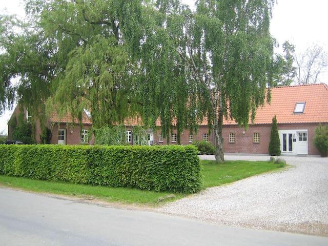 Dejligt stort hus på landet - Hjortshøj - Casa
