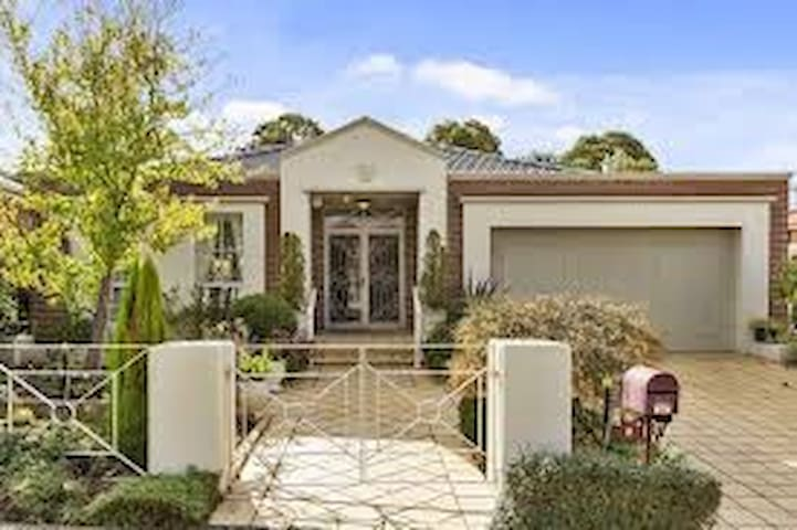 Gateway to Dandeong Range - Wantirna South - House