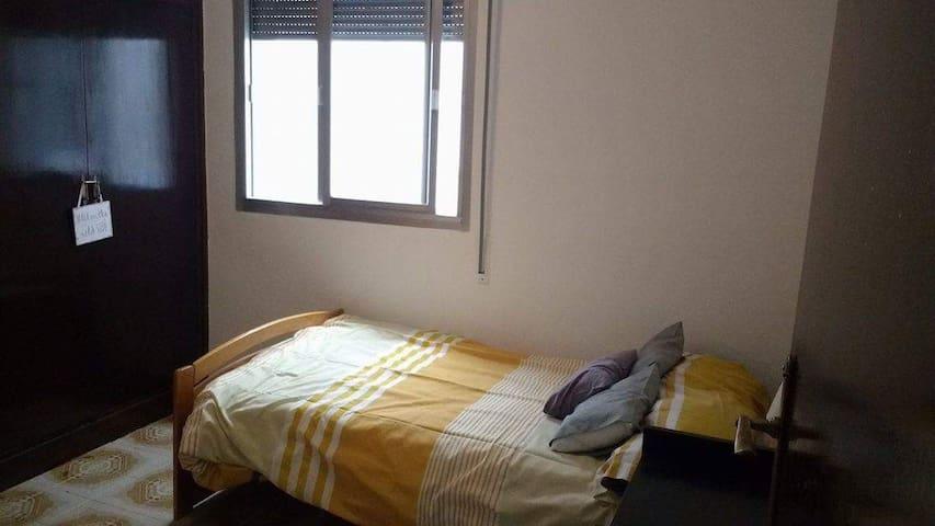 Cómoda habitación  en Granada - Granada - Casa