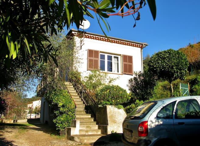 Jolie villa avec jardin en terrasse houses for rent in for Villa basse avec jardin