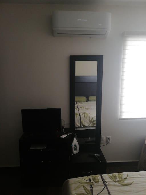Espejo cuerpo completo y cajonera para guardar enseres personales aire acondicionado y calefacción